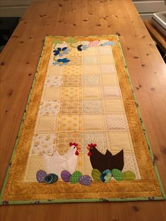 Chickens Sitting on Easter Eggs. Such a cute Table Runner! Patchwork Table Runner, Table Runner And Placemats, Table Runner Pattern, Quilted Table Runners, Easy Quilts, Small Quilts, Mini Quilts, Quilting Projects, Sewing Projects