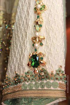 Caftan ou Robe de soirée sur mesure, les créations Fouzia Naciri sont l'expression d'un savoir faire ancestral imprégné de la plus élégante modernité. Pearl Embroidery, Embroidery Patterns, Hand Embroidery, Couture Details, Fashion Details, Moroccan Caftan, Caftan Dress, Fabric Manipulation, Mode Style