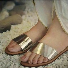 Decorating Flip Flops, Cute Flip Flops, Girls Dp Stylish, Kurta Neck Design, Beautiful Toes, Shoe Gallery, Flat Sandals, Flat Shoes, City Style