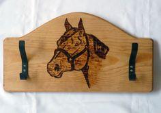 Perchero con caballo pirograbado. 50cm de largo.