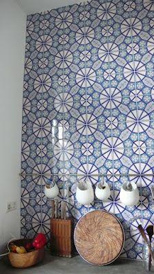 Il muro della cucina piastrellato fino al soffitto