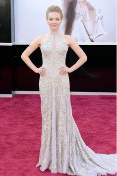 AMANDA SEYFRIED  La actriz de Los Miserables llevó un vestido hecho a la medida de Alexander McQueen.  Los looks de la alfombra roja de los Oscares