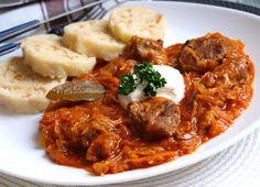 NAŠE KUCHYNĚ: Segedinský guláš a houskový knedlík nekynutý Fermented Cabbage, Sauerkraut, Stew, Food Porn, Curry, Pork, Meat, Cooking, Ethnic Recipes