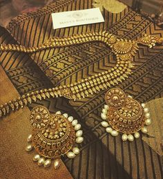Black and gold sare Rather luv the jewelry Saree Jewellery, Temple Jewellery, Indian Accessories, Jewelry Accessories, Diy Jewelry, Ethnic Jewelry, Indian Jewelry, Indian Attire, Indian Bridal