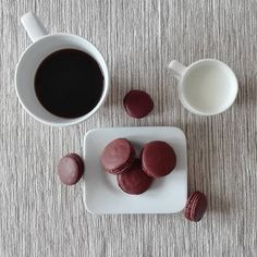 Naše oblíbené čokoládové makronky, vyrobeny s láskou ze 70% čokolády :) ideální zakousnutí ke kávě.