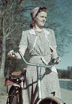 1941. Digitalt Museum - Kvinna med cykel. 40s Fashion, Vintage Fashion, Tweed Run, Vintage Photography, Wwii, Vintage Photos, 1940s, Bicycle, Costumes