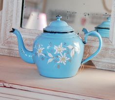Vintage tea pot- would look nice in collection