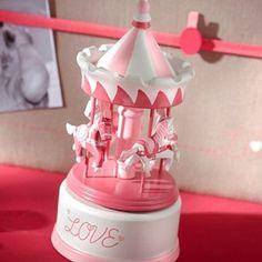 Carrousel bébé framboise  Décoration chambre d'enfant    Joli carrousel pour décorer la chambre de bébé ou le bercer avec sa douce mélodie.  Idée cadeau naissance, anniversaire, baptême...
