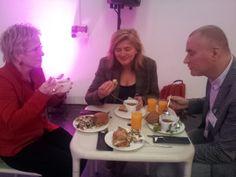 Druk in gesprek tijdens de lunch. Symposium 'De kunst van het schrijven', Centraal Museum, Utrecht, 29-11-2013.