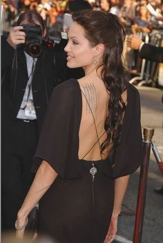anjelina jolie back tattoo www.hoggifts.com