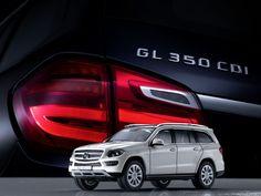 Die GL-Klasse gibt es jetzt auch ein paar Nummern kleiner: Zusammen mit Norev bietet Mercedes-Benz die neue GL-Klasse als originalgetreue Miniatur an. Die anhand der Original-CAD-Daten entworfenen und von Hand montierten Miniaturen gibt es in zwei Maßstäben sowie fünf Original-Lackfarben