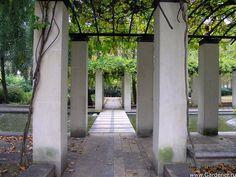 Парк Берси (Parc de Bercy) | Ландшафтный дизайн садов и парков France Landscape, Garden Guide, Sidewalk, Exit Room, Side Walkway, Walkway, Walkways, Pavement