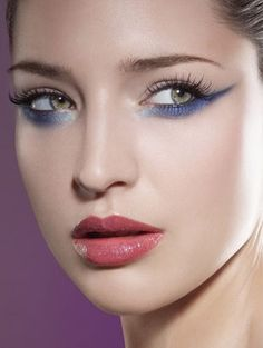 VIA: http://www.eyeshadowlipstick.com/4709/green-eyes-with-blue-eyeshadow/