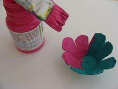 Você quer aprender a fazer lindas flores com caixas de ovos? Então temos um passo a passo detalhado para você! Veja agora e faça a sua hoje mesmo.