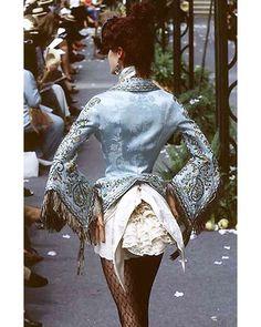 "johngallianolesincroyables: "" John Galliano for Christian Dior Fall Winter 1997 Haute Couture "" John Galliano, Galliano Dior, Look Fashion, Fashion Details, High Fashion, Fashion Show, Fashion Design, Dress Fashion, Christian Dior"