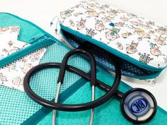 MALETA PORTA ESTETOSCÓPIO E APARELHO DE PRESSÃO Sunglasses Case, Sewing Projects, Quilts, Purses, Handmade, Sewing Ideas, Seat Belt Pillow, Baby Sewing, Hospitals