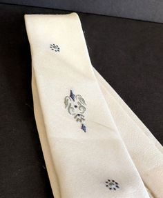 ecdec37ebecf Vintage Palm Beach Skinny Necktie Tie Beau Brummell 4 Fold Cloth Cream