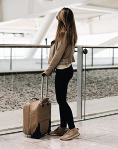 Marianna Hewitt goes for maximum comfort during travel– black leggings and designer trainers are a great option for still looking fashionable on the road. Airport Outfit Long Flight, Flight Outfit, Flight Bag, Tourist Outfit, Under Armour, Marianna Hewitt, Designer Trainers, Forever 21, Long Flights
