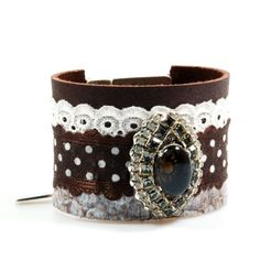Brede lederen armband bruin crème met smokey kwarts steen, stippen, armband Swarovski, broderie kant - fifties stijl sieraden handgemaakt
