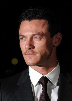 "Luke Evans Addictedさんのツイート: """"NEVER has a V-neck sweater looked so glorious"" I…"