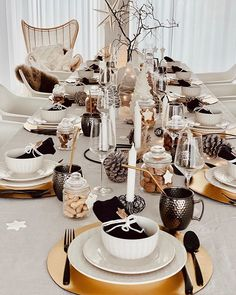 gedeckter tisch weihnachten With the lovely Denise from the table is already laid very festively for a delicious meal with loved ones. Christmas Table Deco, Christmas Table Settings, Christmas 2019, Christmas Decorations, Table Decorations, Xmas, Lavatory Design, Preparing The Nursery, Clear Glass Vases