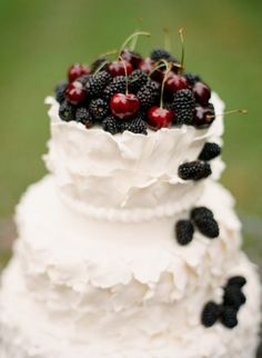 Lovely white wedding cake with berries on top #wedding #weddingcake #cake #white #berries
