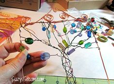 Wire tree diy projects sun catcher 44 new Ideas Mobiles, Crafts To Make, Arts And Crafts, Recycling, Metal Tree Wall Art, Diy Christmas Tree, Wire Crafts, Crafty Craft, Crafting