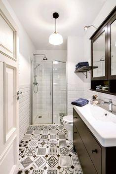 Najważniejszą ozdobą tej stylizowanej łazienki jest oryginalna, trochę 'staroświecka' trochę 'śródziemnomorska' posadzka Bathroom Inspiration, Alcove, Bathtub, Standing Bath, Bath Tub, Bathtubs, Tub