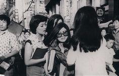 명동의 미인 의원 정형외과 앞 도로를 걸어가는 서울 여성들 - 1965년 서울 중구 명동 코스모스 백화점 공사 자리 건너편에 위치했던 미