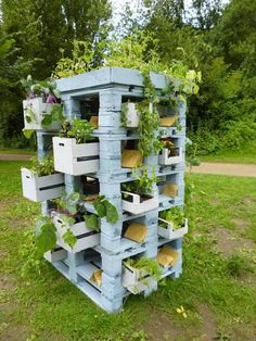 Pallets and crates as a planter tower | 1001 Pallets