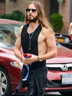 Star Tracks: Wednesday, October 1, 2014 | DARK TIMES | Skin is in! Jared Leto almost goes incognito in black shades and a slim shirt as he walks through New York City on Tuesday.