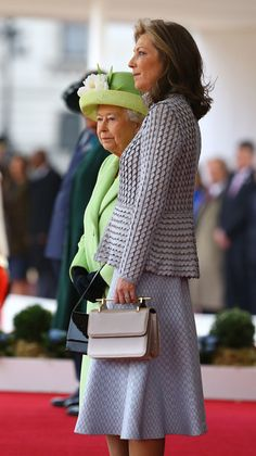 Queen Elizabeth II Photos Photos - Queen Elizabeth II stand next to Maria Clemencia de Santos at a ceremonial welcome for Colombia's President Juan Manuel Santos and his wife Maria Clemencia de Santos at Horse Guards Parade on November 1, 2016 in London, England. The President is on a state visit to Britain. - The Queen And Duke Of Edinburgh Welcome President Santos Of Colombia And Mrs Santos