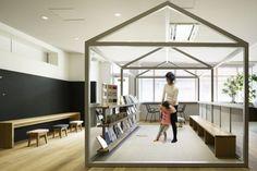 d-labo静岡は「サードプレイス銀行」をデザインコンセプトとし、家庭や職場・学校とは異なる空間で、くつろぎながら自分の好きなことや新しい静岡を再発見できる、居心地の良い空間を目指しました。 d-labo静岡を構える伊勢丹ANEX館は女性をメインターゲットにしており、d-laboでも女性らしいインテリアを採用