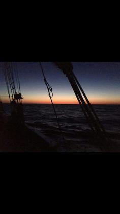 Coucher de soleil à bord d'un voilier.