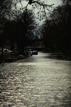 De Stadsbuitengracht in Utrecht gezien vanaf de Abstederbrug bij tegenlicht (4)