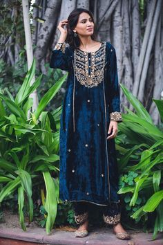 Pakistani Bridal Dresses, Pakistani Dress Design, Pakistani Outfits, Indian Outfits, Velvet Pakistani Dress, Velvet Suit Design, Velvet Dress Designs, Indian Fashion Dresses, Indian Designer Outfits