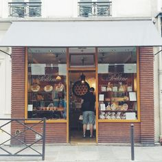 @michico13 Poilane ポワラーヌ  パリでも日本でも大人気のパン屋さん。  ここはパリ滞在中は確実に毎回寄ります。  お昼ご飯のパンを一個買って、また帰る前にクッキー買いに来ます。