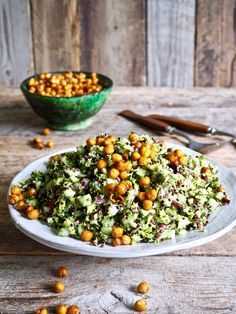 Brokkolisalat med sprøstekte kikerter Raw Food Recipes, Vegetarian Recipes, Moussaka, Cobb Salad, Tapas, Nom Nom, Seafood, Clean Eating, Brunch