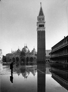 La place St-Marc inondée avec l'église Saint-Marc en arrière-plan Venise Italie 1952 photographiées par Dmitri Kessel