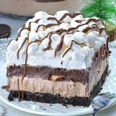This Hot Chocolate Lasagna has so much flavor in every single bite. Easy, no bake layered dessert with Oreo crust, hot chocolate cheesecake mousse layer, chocolate pudding, whipped cream and mini marshmallows. Chocolate Cheesecake, Chocolate Desserts, Chocolate Pudding, Chocolate Buttercream, Buttercream Frosting, Chocolate Chips, Chocolate Lasagna Dessert, Hot Chocolate Cake Recipe, Fluffy Frosting