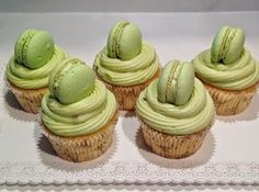 Vanilkové cupcakes s pistáciovým krémem / Pistachio cupcakes Brownie Cupcakes, Fondant Cupcakes, Mini Cupcakes, Pistachio Cupcakes, Cake Pops, Cheesecake, Food And Drink, Sweets, Baking