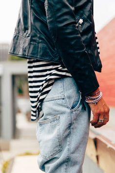 Take a look at the best what to wear with baggy jeans in the photos below and get ideas for your outfits! Laid back outfit Image source Estilo Tomboy, Estilo Denim, Pop Rocky, Mode Style, Style Me, Jeans Azul, Mode Man, Style Personnel, Denim Fashion