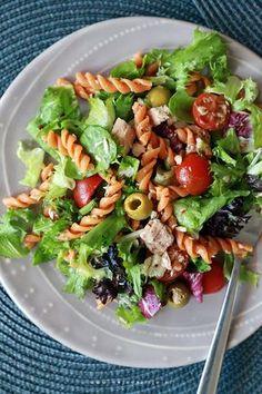 Sałatka z tuńczykiem, pomidorkami koktajlowymi, oliwkami i makaronem z suszonymi pomidorami, z dressingiem z delikatnej oliwy z oliwek extra vergine. #salad #food #olive #spring #tuna