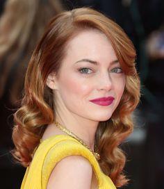 Emma Stone em: 1 mulher, 10 versões - contraste do batom fúcsia com o vestido amarelo (e com o tom ruivo do cabelo dela)