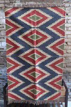 Berühmt für ihre satten Farben, warme Farbtöne und schöne ethnische Motive, diese flach gewebte Teppiche verkörpern eine herrliche Mischung aus Kulturen: die Griechen, Armenier, Kurden, Assyrer & Turkic Völker haben dazu beigetragen, Kelim-Geschichte. Die Dhurrie ist handgewebt/ragte in Jute und die Farben machen Sie zu Hause fühlen.  Details: Kostenloser Versand | Material - Jute | Größe - 3 x 5 ft | Set Inhalt - 1 Stück  Wir bei Teppiche Boutique leiten Inspiration aus der Natur un...