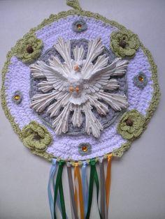 Espirito Santo, base em croche com flozinha também em croche e fitas de cetim. O Espirito Santo e feito de resina e é pintado a mão. È uma linda peça de decoração!!!!! R$60,00