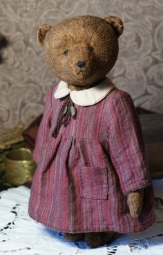 Teddy beer in een rode jurk.