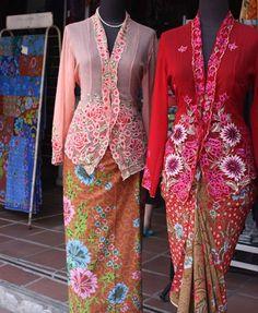 the one on the left can be for the tea ceremony. Batik Kebaya, Kebaya Dress, Batik Dress, Kimono, Kebaya Moden, Costume Ethnique, Filipiniana Dress, Embroidery Suits Punjabi, Model Kebaya