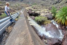 El agua de lluvia que cayó este miércoles en Mogán hizo correr el barranco.