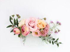 Piękny grzebyk ślubny do włosów ze sztucznych kwiatów! Dostępny w sklepie Madame Allure :) #WeddingHairWithVeil Flower Headpiece, Wedding Hair Flowers, Hair Comb Wedding, Flowers In Hair, Fabric Flowers, Wedding Hairstyles With Veil, Crown Hairstyles, Hair Wreaths, Floral Hair